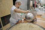 Mercè Camins, Presidenta de la Dulce Revolución de las Plantas Medicinales, cocinando para los asistentes de la Feria del año pasado.